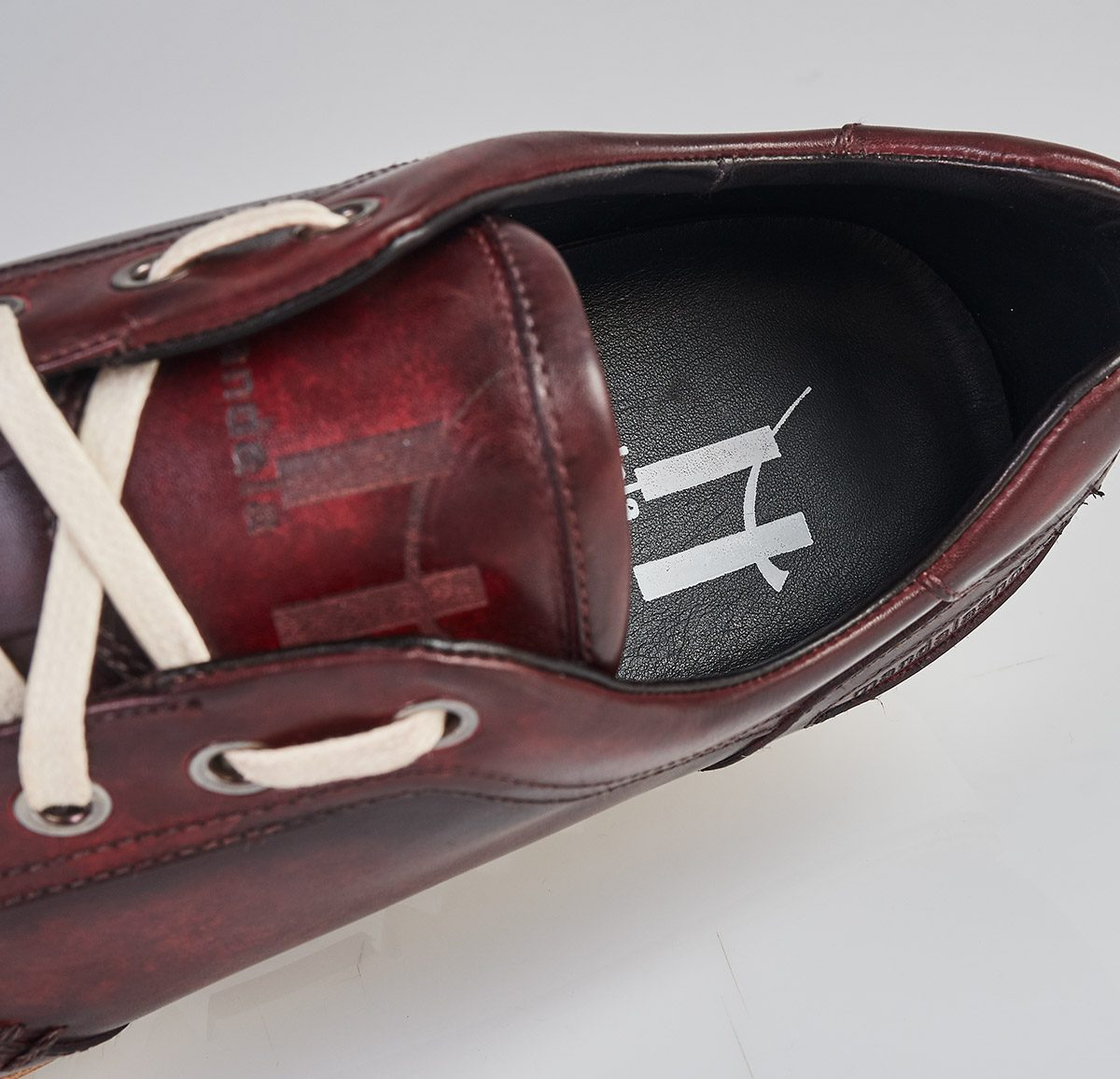 Zapato sneaker patina bordeau hecho a mano en Mandalashoes. Hand made shoes. Schuhe nach mass